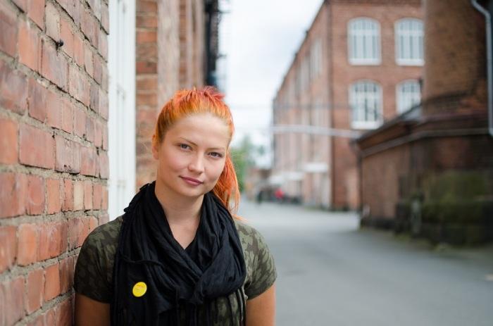 Teatteriaktiivi Reetta Turtiaisen kaulaliinassa on pinssi.