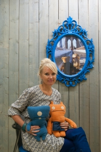 Tutkija Kati Heljakka esittelee kokoelmaansa.