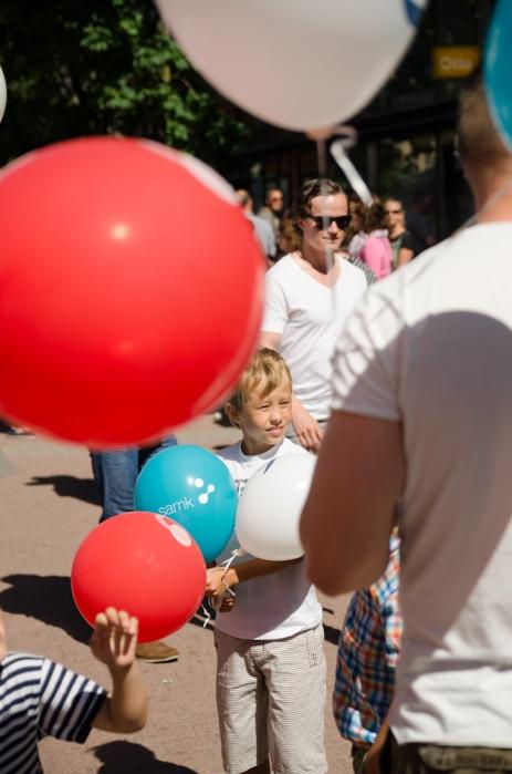 Poika ja ilmapalloja.